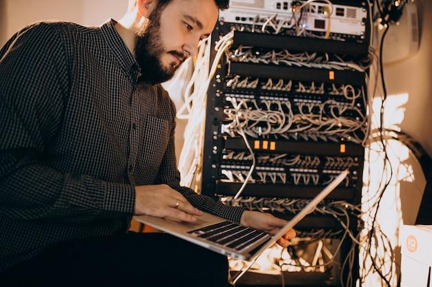 Junge es service-mann, der computer repariert