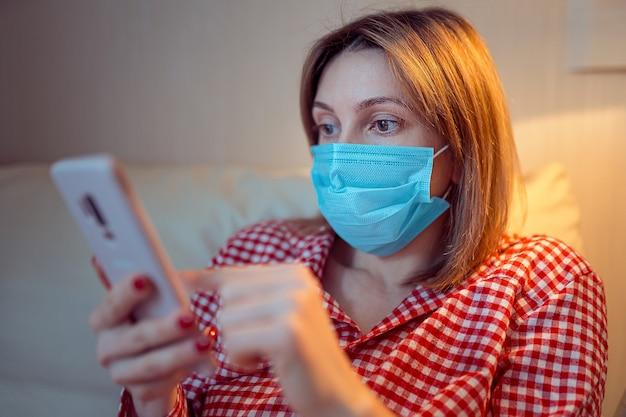 Junge europäische frau, die chirurgische gesichtsmaske trägt, bleiben zu hause