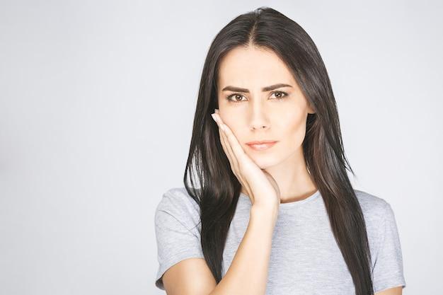 Junge europäische frau, die unter starken zahnschmerzen leidet