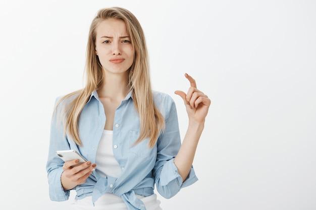 Junge europäische frau mit blonden haaren
