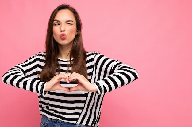 Junge europäische positive entzückende glückliche schöne brünette frau mit aufrichtigen gefühlen, die lässig trägt