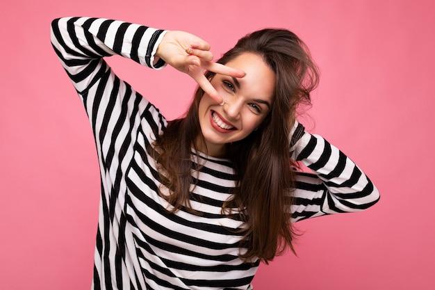 Junge europäische positive lächelnde gewinnende glückliche attraktive brünette frau mit aufrichtigen gefühlen