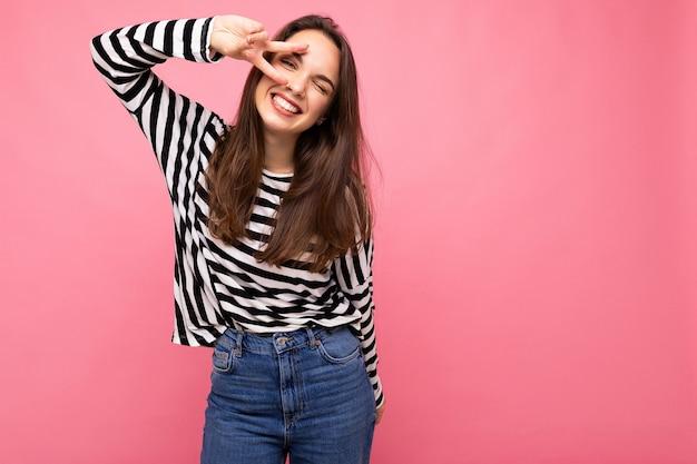 Junge europäische positive lächelnde gewinnende glückliche schöne brünette frau mit aufrichtigen emotionen