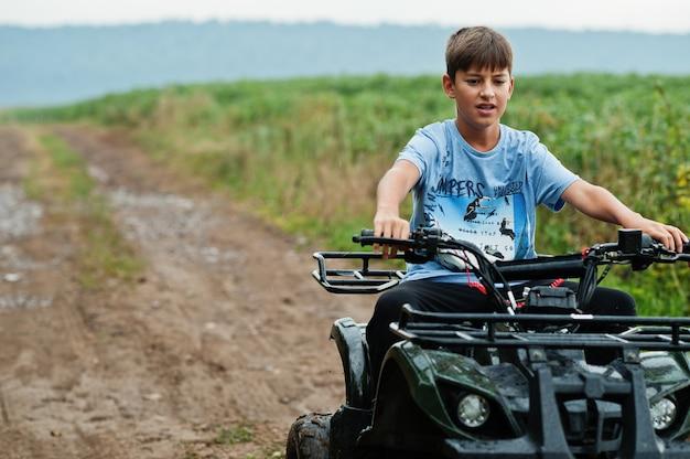 Junge fährt vierrad-atv-quad.