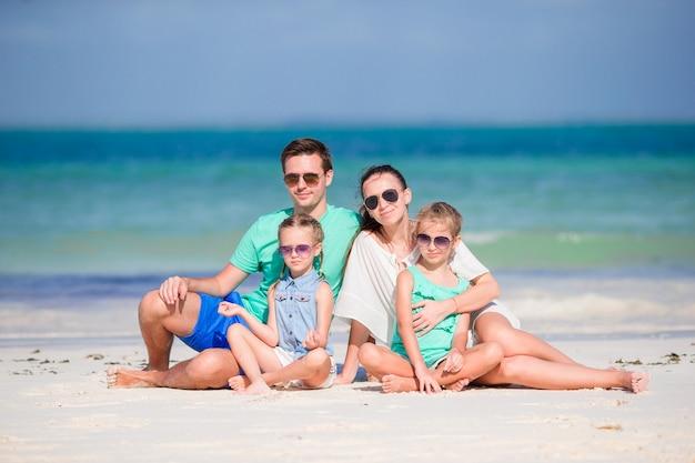 Junge familie am strandurlaub