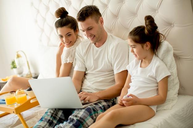 Junge familie auf dem bett