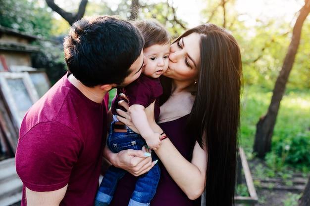 Junge familie auf dem land, die die natur genießt