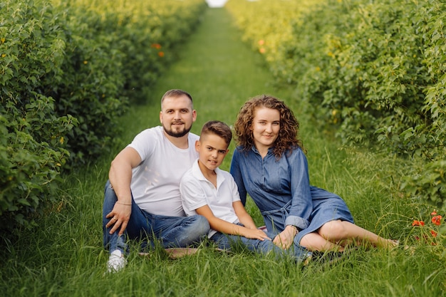 Junge familie, die beim gehen im garten schaut