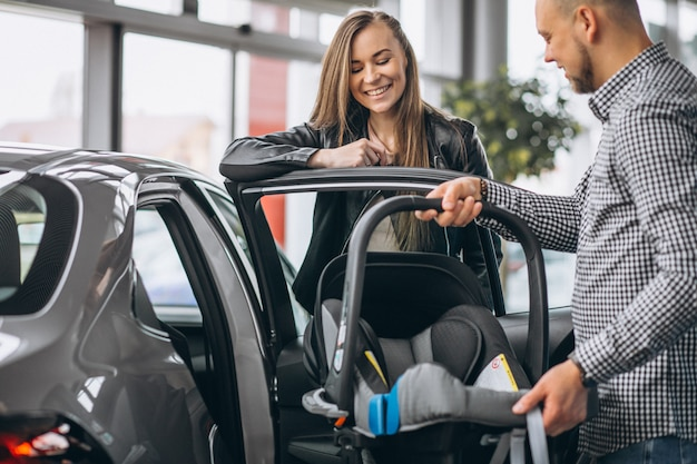 Junge familie, die ein auto kauft