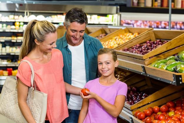 Junge familie, die etwas einkauf tut