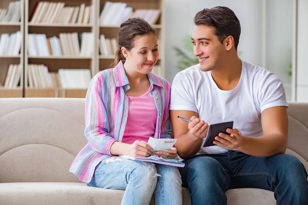 Junge familie, die familienfinanzen bespricht