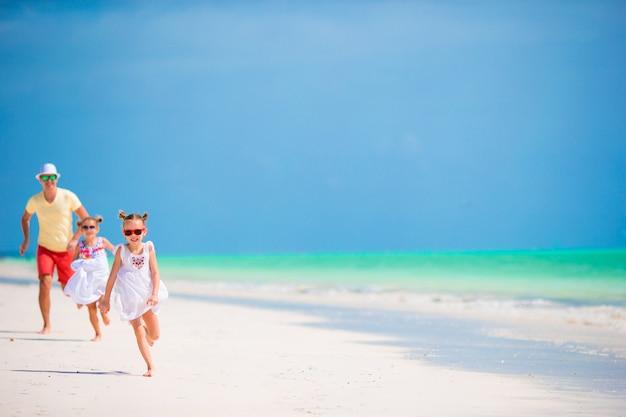 Junge familie, die strandsommerferien genießt