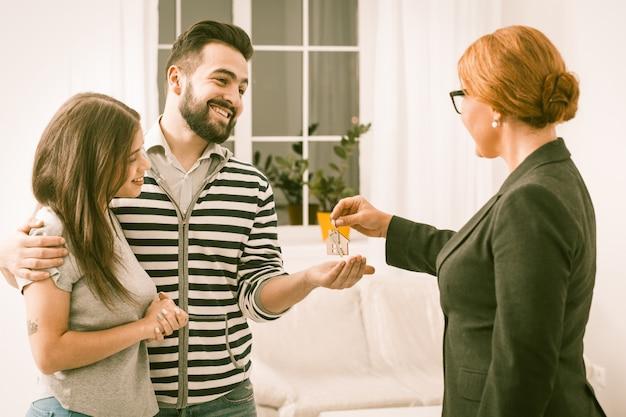 Junge familie hat gerade eine neue wohnung gekauft