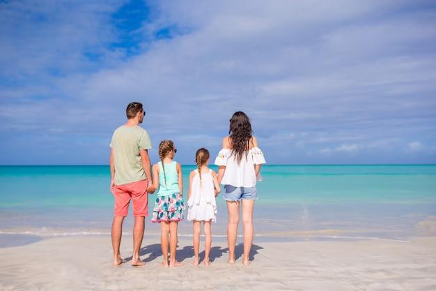 Junge familie im urlaub am strand. familienreise-konzept