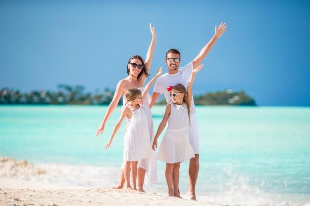 Junge familie im urlaub haben viel spaß zusammen