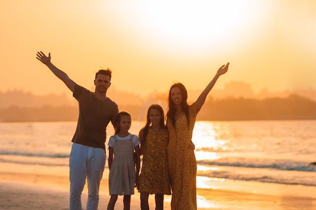 Junge familie im urlaub haben viel spaß