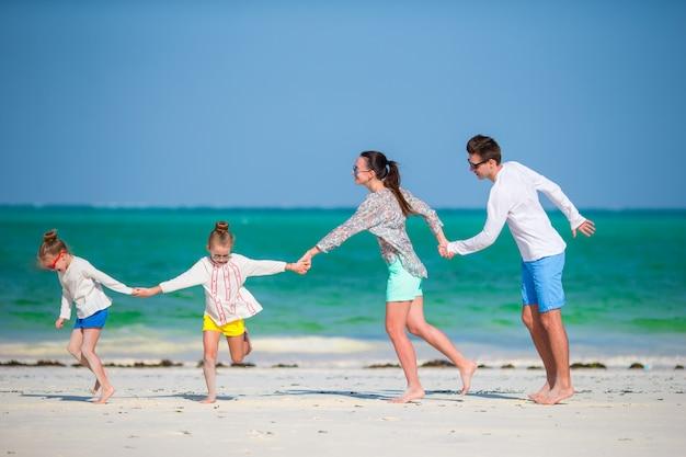Junge familie im urlaub