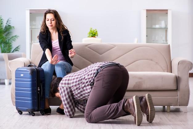 Junge familie in unterbrochenem verhältniskonzept