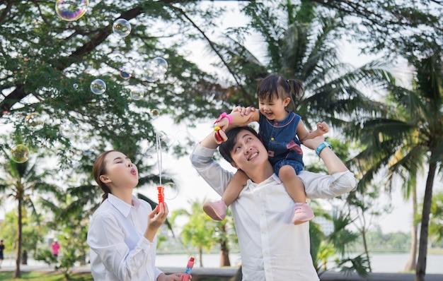 Junge familie mit kindern, die spaß draußen haben