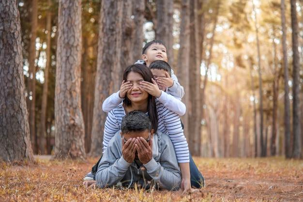 Junge familie mit kindern, die spaß in der natur haben