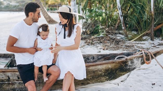 Junge familie mit kleinem daugher auf ferien durch den ozean