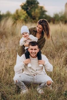 Junge familie mit kleinem sohn, der spaß zusammen hat