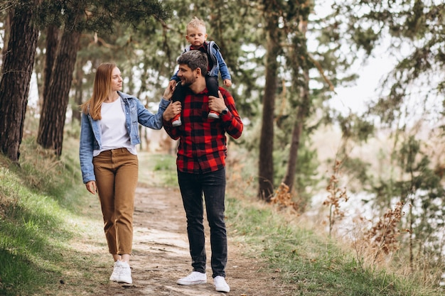 Junge familie mit kleinem sohn im wald