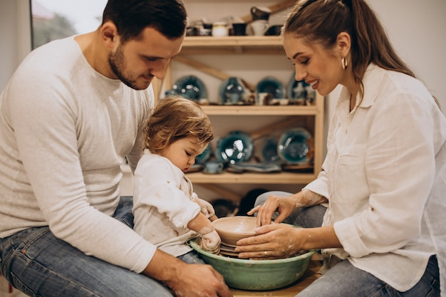 Junge familie mit kleinem sohn in einem töpferkurs