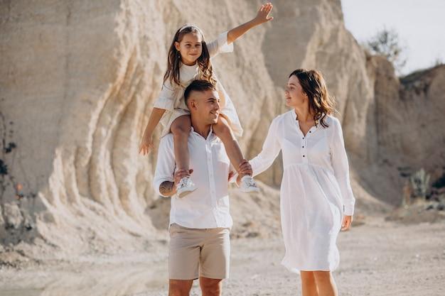 Junge familie mit tochter, die zusammen ausgeht