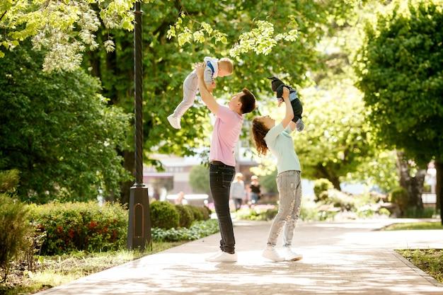 Junge familie mit zwei kindern auf einem spaziergang