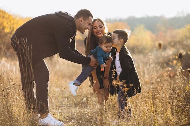 Junge familie mit zwei söhnen zusammen im park