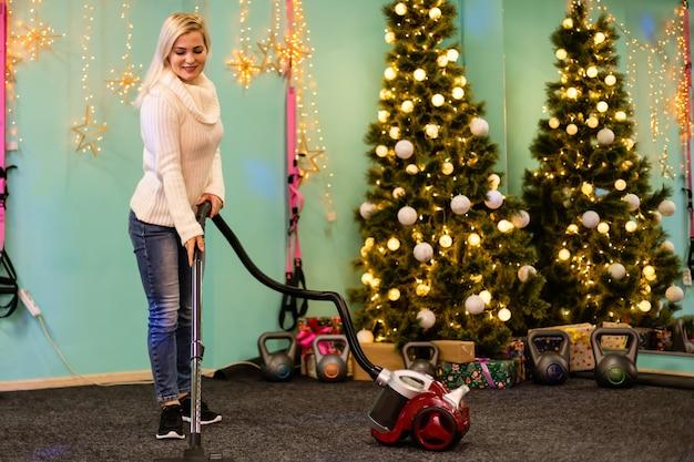 Junge familie putzt wohnung nach weihnachtsfeier