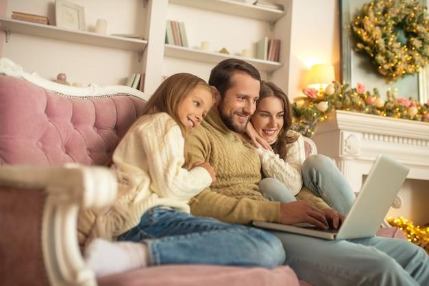 Junge familie verbringen urlaub zusammen und sehen glücklich aus
