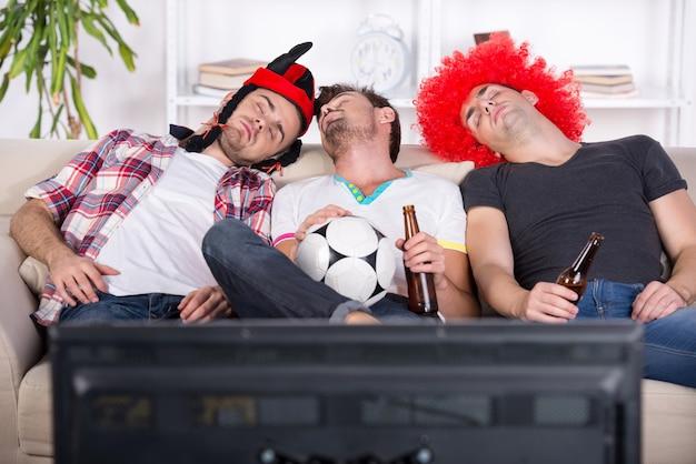 Junge fans schliefen bei einem fußballspiel ein.