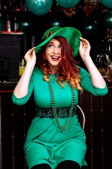 Junge feiern schönen kobold des patrick-tagesspaßbarkarnevalskopfbedeckungsmädchenmannbiercocktailgrün-kleidungshut-lächelns