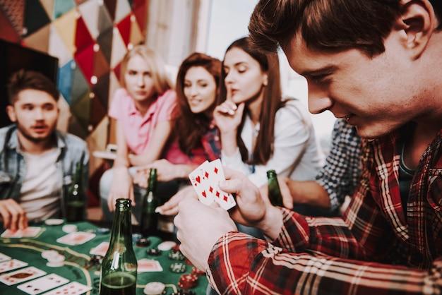 Junge firma, die holdem poker auf einer party spielt