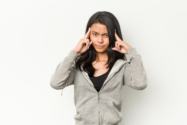 Junge fitness chinesische frau konzentrierte sich auf eine aufgabe, zeigefinger zeigen kopf.
