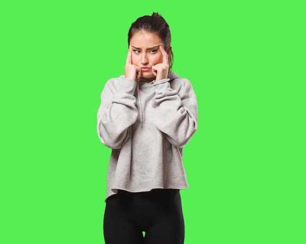 Junge fitnessfrau, die eine konzentrationsgeste tut