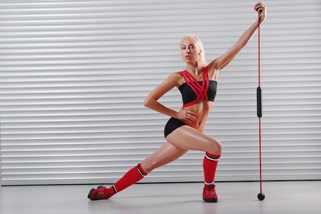 Junge fitnessfrau, die herausarbeitet