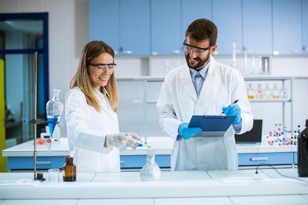 Junge forscher experimentieren mit rauch auf einem tisch eines chemischen labors