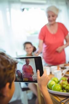 Junge fotografiert seine großmutter und schwester