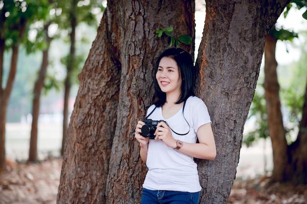 Junge fotografin im park