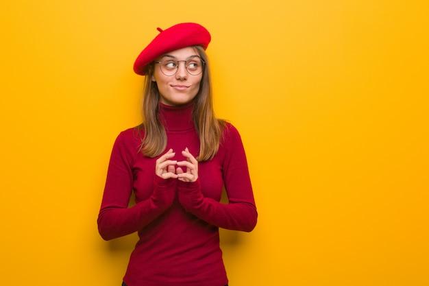 Junge französische künstlerfrau, die einen plan ausarbeitet