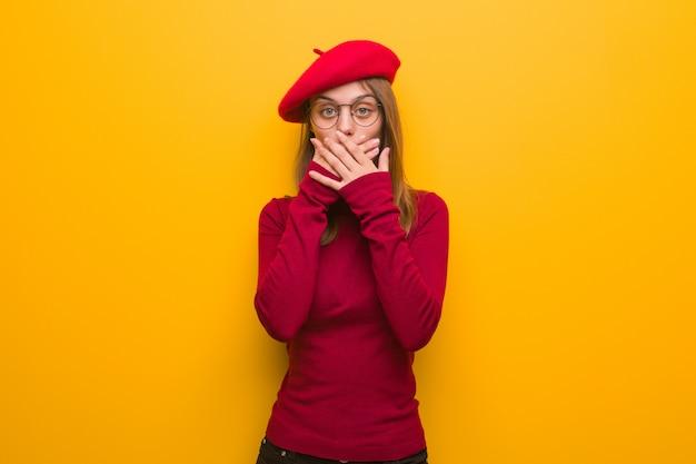 Junge französische künstlerfrau überrascht und entsetzt