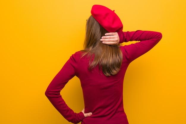 Junge französische künstlerfrau von hinten, die an etwas denkt