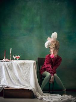 Junge frau als marie antoinette auf dunklem hintergrund im retro-stil vergleich des epochenkonzepts
