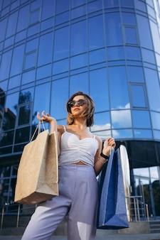Junge frau am einkaufszentrum