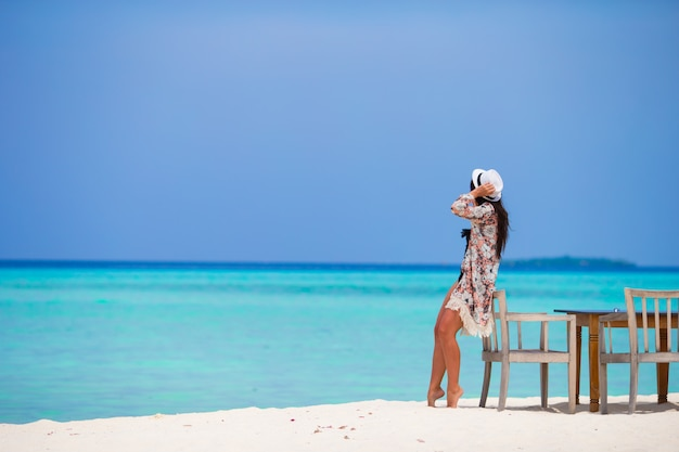 Junge frau am strand während ihrer sommerferien