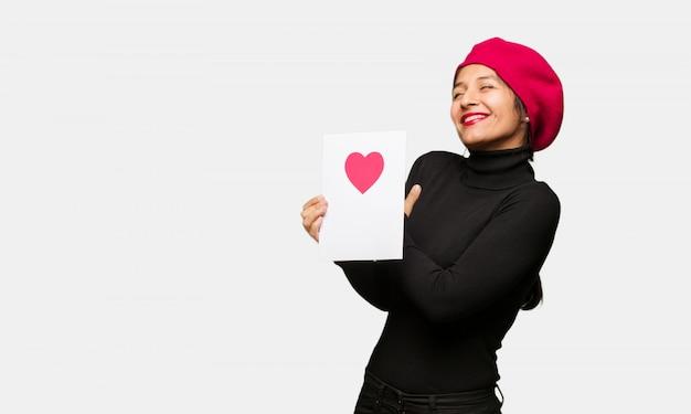 Junge frau am valentinsgrußtag, der eine umarmung gibt