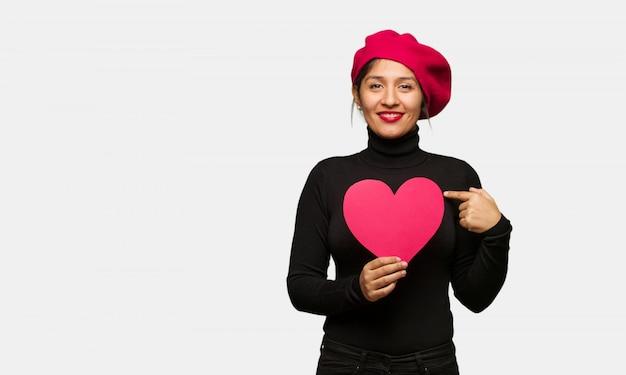 Junge frau am valentinsgrußtag überrascht, fühlt sich erfolgreich und wohlhabend
